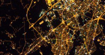 Lotnisko Okęcie (ciemny obszar w górnej środkowej części tego wycinka zdjęcia) i południowe dzielnice Warszawy / Credits - Thomas Pesquet, ESA