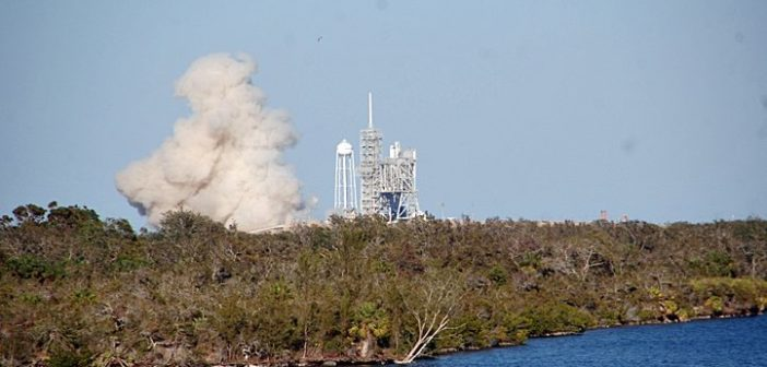 Chwila po odpaleniu silników pierwszego stopnia Falcona 9R na LC-39A / Credits - William Harwood, CBS