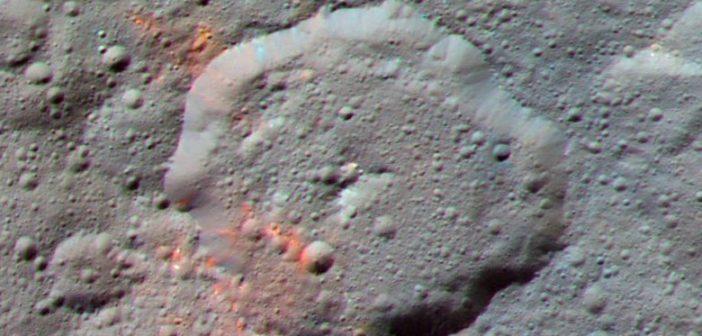 Obraz krateru Ernutet, z wyraźniej zaznaczonymi czerwonymi obszarami / Credits - NASA/JPL-Caltech/UCLA/MPS/DLR/IDA