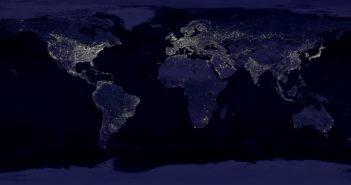 Mozaika zdjęć satelitarnych pokazująca Ziemię w nocy autorstwa C. Mayhew i R. Simmon na podstawie danych zebranych przez NASA i NOAA.