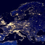 Mapa zanieczyszczenia świetlnego w Europie. Dane: NOAA.