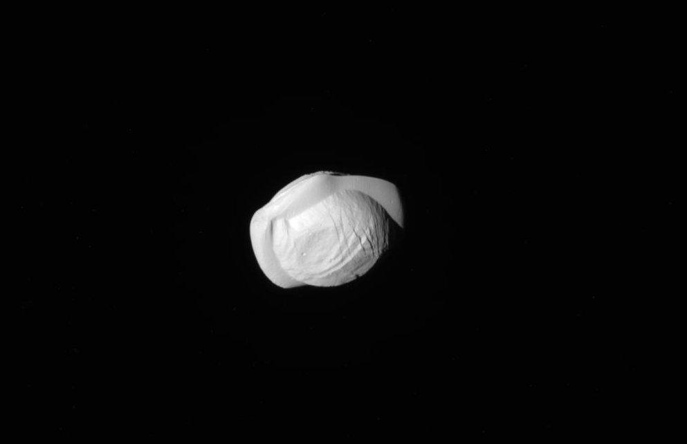 Księżyc Pan - mały księżyc Saturna / Credits - NASA, ESA
