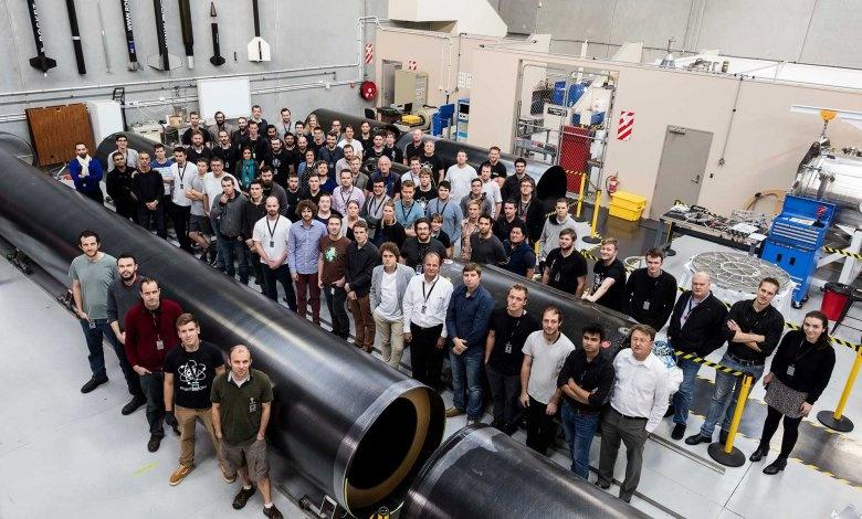 Zespół Rocket Lab przy elementach rakiety Electron / Źródło: Rocket Lab