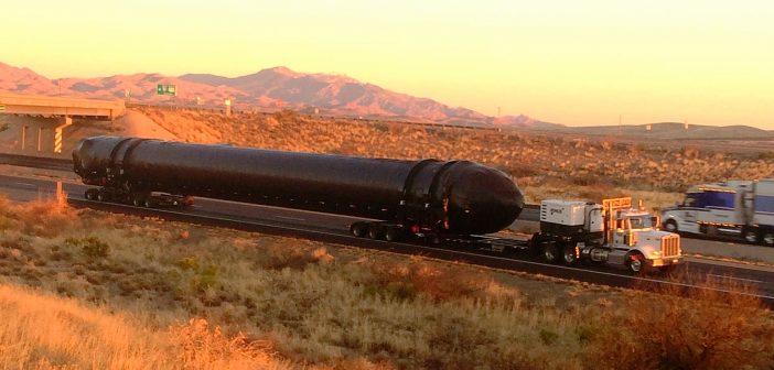 Zabezpieczony boczny stopień dla rakiety Falcon Heavy w trakcie transportu z Kalifornii do bazy testowej McGregor w Teksasie (28 lutego br.) / Źródło: imgur.com/a/Vbxrx#zPdInH5
