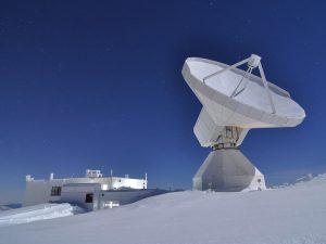 30-metrowa czasza teleskopu IRAM to jeden z najczulszych instrumentów w globalnym projekcie Event Horizon Telescope. Źródło: IRAM / Nicolas Billot