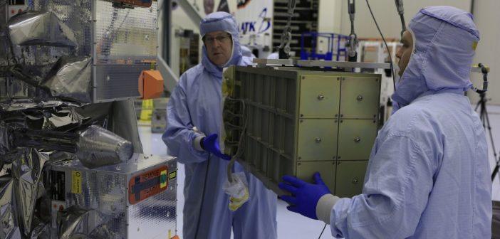 Instalacja zewnętrznego ładunku (4 CubeSatów) na poszyciu statku Cygnus do misji OA-7 / Źródło: NASA/Cory Huston