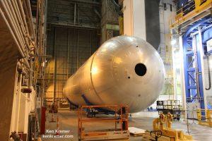 Zbiornik ciekłego wodoru przeznaczony do testów w Vertical Assembly Center / Credits: Ken Kremer