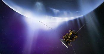 Artystyczna wizja sondy Cassini zbliżącej się do Enceladusa / Credits - NASA