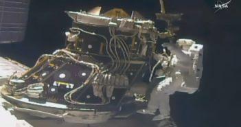 Prace przy PMA-3 podczas EVA-42 / Credits - NASA TV