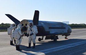 Obsługa naziemna wykonuje inspekcje X-37B OTV-4 po lądowaniu / USAF