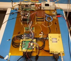 podsystemy satelity OPS-SAT w czasie testów SVT w ESA ESOC, m.in. polskiej produkcji konwerter CCSDS z adapterami i EGSE (prawa do zdjęcia: TU Graz)