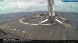 Tuż po udanym lądowaniu pierwszego stopnia Falcona 9R na platformie morskiej / Credits - SpaceX