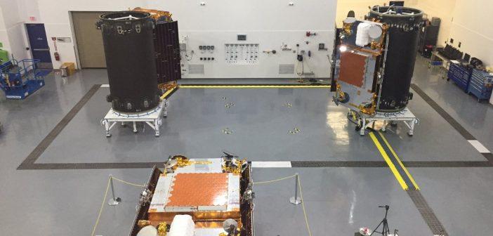 Integracja satelitów Iridium NEXT z zasobnikiem - przygotowania do lotu rakietą Falcon 9R / Credits - SpaceX