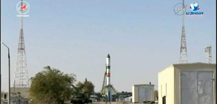 Widok na wyrzutnię startową z rakietą Sojuz 2-1a ze statkiem Progress MS-07 / Credits - NASA TV