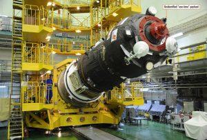 Zdjęcie Progressa MS-07 podczas prac integrujących z rakietą nośną. Strzałką zaznaczono opisywany w artykule tajemniczy instrument / Credits - Anatoly Zak