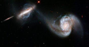 Para galaktyk (NGC 3808 i NGC 3808A) oddziaływujących ze sobą, ze strumieniem gwiazd i gazu pomiędzy sobą / Credits - NASA, ESA, Hubble Heritage Team (STScI/AURA)
