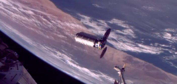 Cygnus OA-8 tuż przed przechwyceniem przez ramię robotyczne ISS / Credits - NASA TV