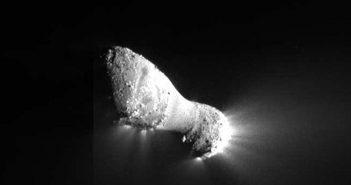 Przykład wydłużonego obiektu - kometa 103P/Hartley odwiedzona przez sondę Deep Impact / Credits - NASA/JPL-Caltech/UMD
