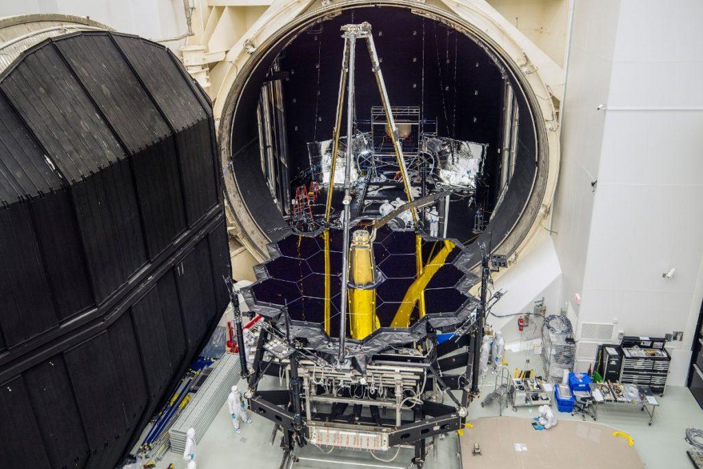 Część optyczna JWST opuszcza komorę termiczno-próżniową (grudzień 2017) / Credits - NASA