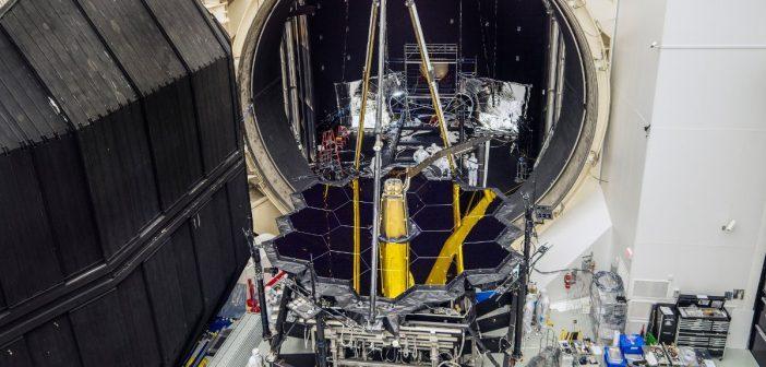 JWST opuszcza komorę termiczno-próżniową (grudzień 2017) / Credits - NASA