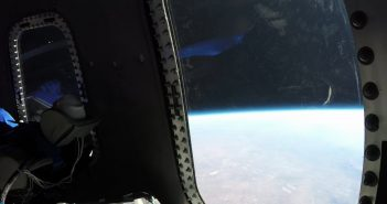 Widok z wnętrza Crew Capsule 2.0 podczas lotu z 12 grudnia 2017 / Credits - Blue Origin