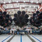 Jedno z pierwszych zdjęć zintegrowanego Falcona Heavy / Credits - SpaceX