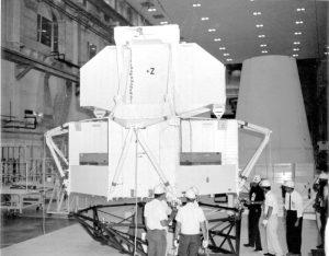 Symulator masy Lunar Module Test Article (LTA-2R) przed instalacją do rakiety Saturn V do misji Apollo 6 (kwiecień 1968) / Credits - NASA