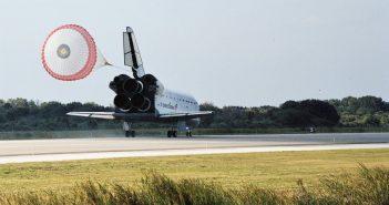 Ostatnie udane lądowanie promu kosmicznego przed katastrofą STS-107 - prom Endeavour ląduje w KSC (koniec misji STS-113) / Credits - NASA