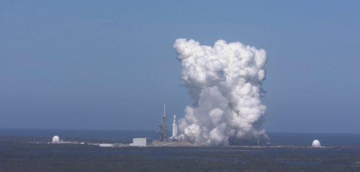 Próbne odpalenie silników pierwszego stopnia Falcon Heavy / Credits - AFP