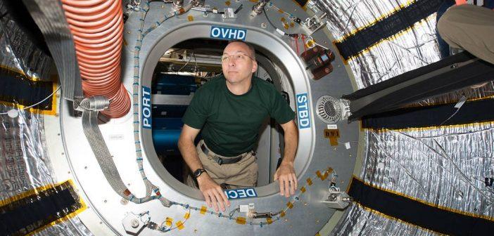 """Astronauta Randy Bresnik """"wpływa"""" do modułu BEAM - zdjęcie z 31 lipca 2017 / Credits - NASA"""