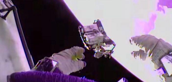 Odrzucenie starego zestawu elektroniki podczas EVA-44 / Credits - NASA TV