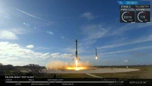 Lądowanie pobocznych członów rakiety Falcon Heavy / Credits - SpaceX