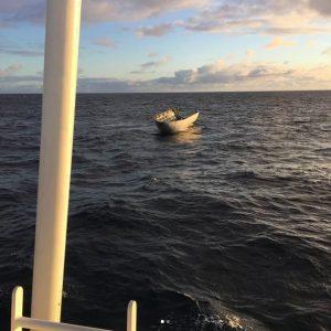 Owiewka unosząca się na powierzchni Pacyfiku / SpaceX