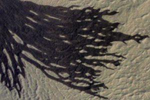 Spojrzenie na część ciemnego marsjańskiego żlebu (maksymalna rozdzielczość) okiem instrumentu HiRISE sondy MRO / Credits - NASA/JPL-Caltech/Univ. of Arizona
