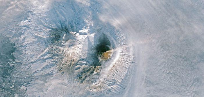 Zdjęcie wulkanu na Kamczatce okiem Landsata 8 (9-10 stycznia 2018) / Credits - NASA, USGS