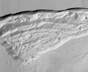 Szersze spojrzenie na wycinek Promethei Terra, w obszarze gdzie HiRISE zarejestrował pokłady lodu wodnego / Credits - NASA/JPL/University of Arizona