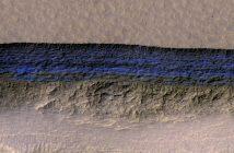Przetworzony obraz jednej ze skarp, u której znaleziono pokłady lodu wodnego / Credits - NASA/JPL/University of Arizona