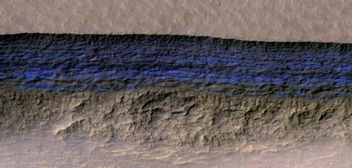 Marsjańskie strome stoki odsłaniają lód