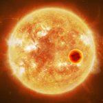 Gorący Jowisz krążący blisko swej gwiazdy / Credits - ESA/ATG medialab, CC BY-SA 3.0 IGO