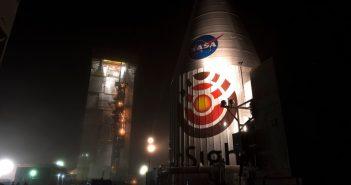 Transport InSight (wewnątrz osłony aerodynamicznej) do stanowiska startowego (do integracji z rakietą Atlas V) / Credits - NASA