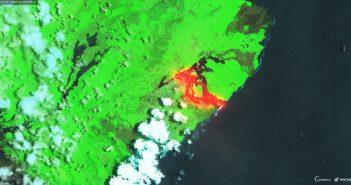 Wschodnie wybrzeże wyspy Hawai z widocznym wypływem lawy ze szczelin z okolic Leilani Estates (23 maja 2018) / Credits - Copernicus, Sentinel Hub