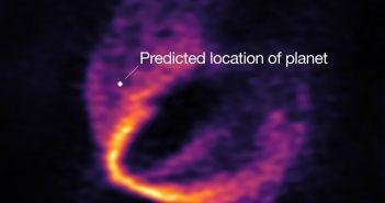 Przewidywana pozycja jednej z egzoplanet HD 163296 / Credits - ESO, ALMA (ESO/NAOJ/NRAO); Pinte et al.