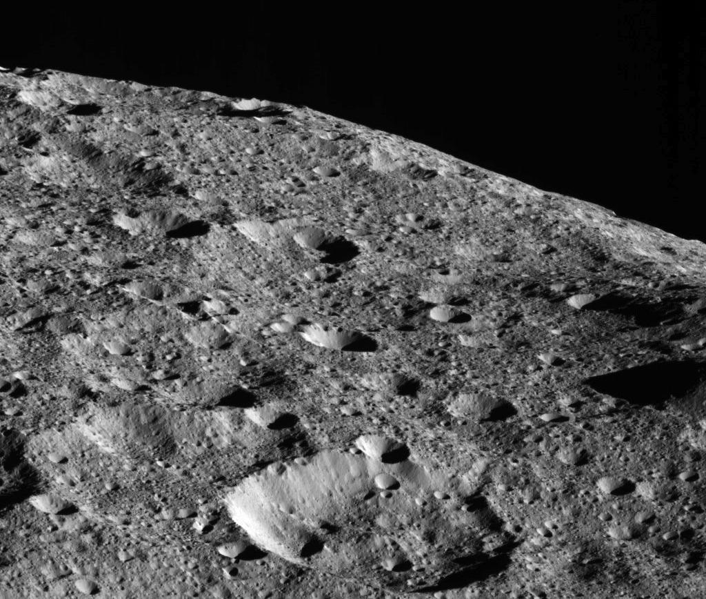 Zdjęcie powierzchni Ceres z wysokości około 440 km / Credits - NASA/JPL-Caltech/UCLA/MPS/DLR/IDA