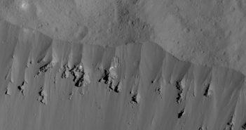 Fragment powierzchni Ceres z wysokości 44 km. Jasny materiał może być niedawno odsłoniętym lodem wodnym. / Credits - NASA/JPL-Caltech/UCLA/MPS/DLR/IDA