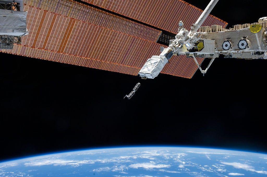 Wypuszczenie z ISS na orbitę dwóch pierwszych satelitów Flock 1 stworzonych przez Planet. Źródło: NASA