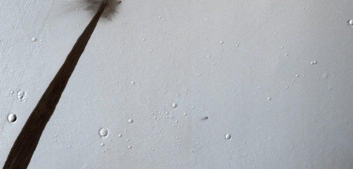 Nowy krater i naruszone podłoże / Credits - NASA/JPL-Caltech/Univ. of Arizona
