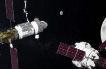 Widok stacji LOP-G według grafiki z 2017 r. Na drugim planie stacja, od lewej moduły: PPE, mieszkalny i śluza. Na pierwszym planie statek Orion w drodze do stacji. Credits: NASA