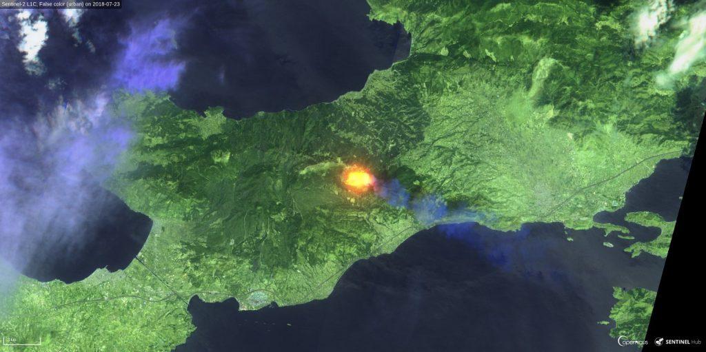 Potężny pożar w Grecji na zachód od Aten - zdjęcie z 23 lipca 2018 z satelity Sentinel 3 (fałszywe kolory, kliknij by powiększyć) / Credits - Sinergise, ESA