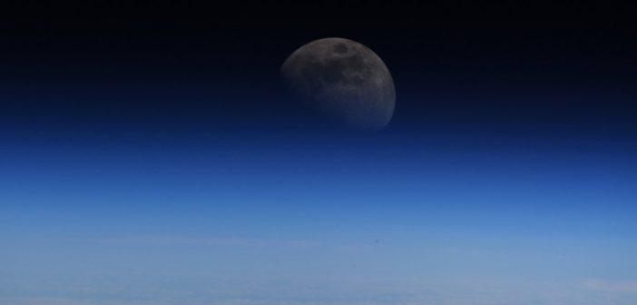 Spojrzenie na Księżyc z pokładu ISS - zdjęcie astronauty Alexandra Gersta / Credits - ESA–A. Gerst, CC-BY SA 3.0 IGO