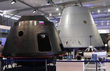 Rys. 7. Dwie makiety statku PTK NP (2015). Roskosmos chętnie je pokazywał na wystawach. Credits: Roskosmos.